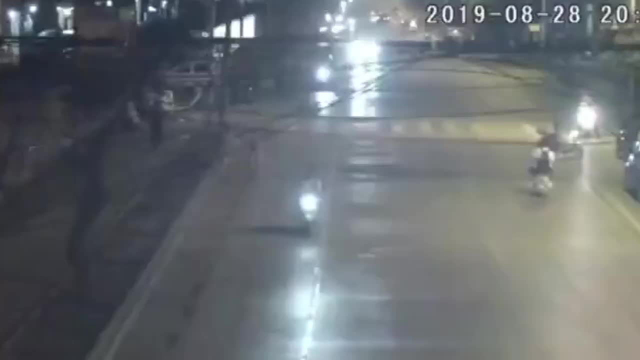 一分钟连撞7车,肇事司机弃车逃逸,挥手挑衅:有种报警拖我车!