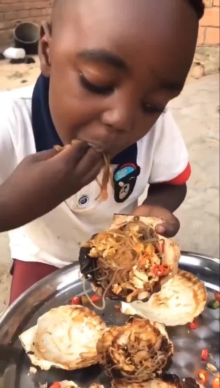 黑蛋第一次吃扇贝粉丝,看表情就知道很好吃!