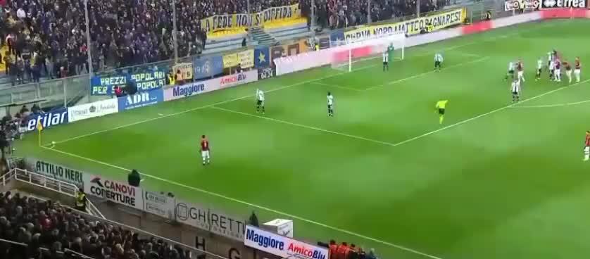 米兰战术角球传中,罗马尼奥利头球稍稍高出了