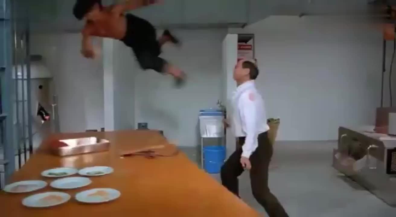 力王监狱长挑战力王,力王一脚踢直接让监狱长变成怪物