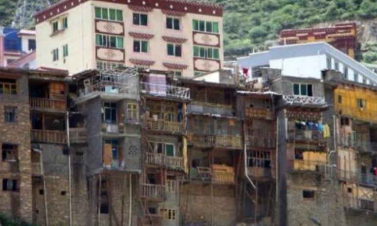 中国雅江县城,位于悬崖边,城里只有一条主干道