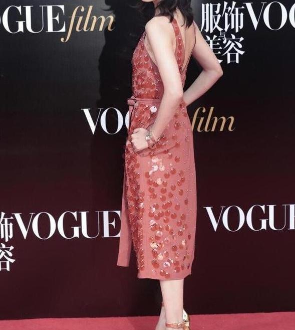 被辛芷蕾惊艳到了,一袭红色连衣裙气质十足,身材好高级