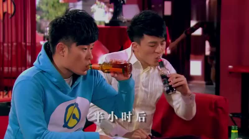 一菲腿肿成了白萝卜,竟然还要喝酒,小贤喝酒会更肿的,你喝奶