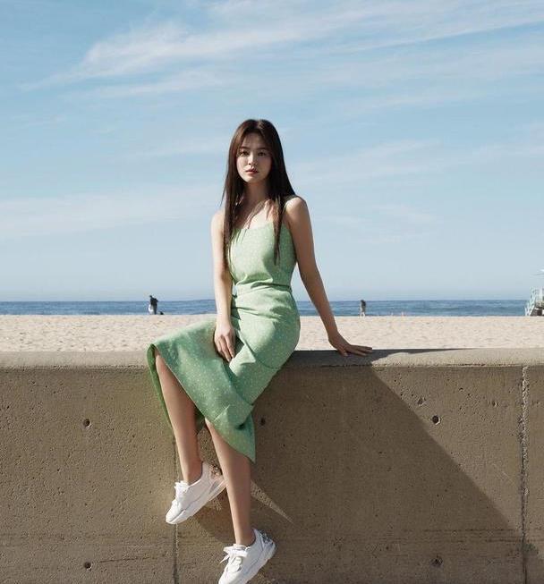 宋慧乔是少女穿搭模板,穿绿色吊带连衣裙配运动鞋,说18岁都信