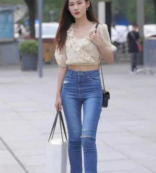 露脐装搭配牛仔裤,小姐姐显出很好的身材比例,露出小蛮腰