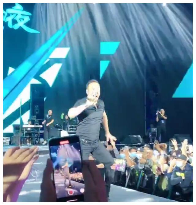 杨坤演唱会现场直播带货,仅唱几首歌,800门票进场被吐槽不值