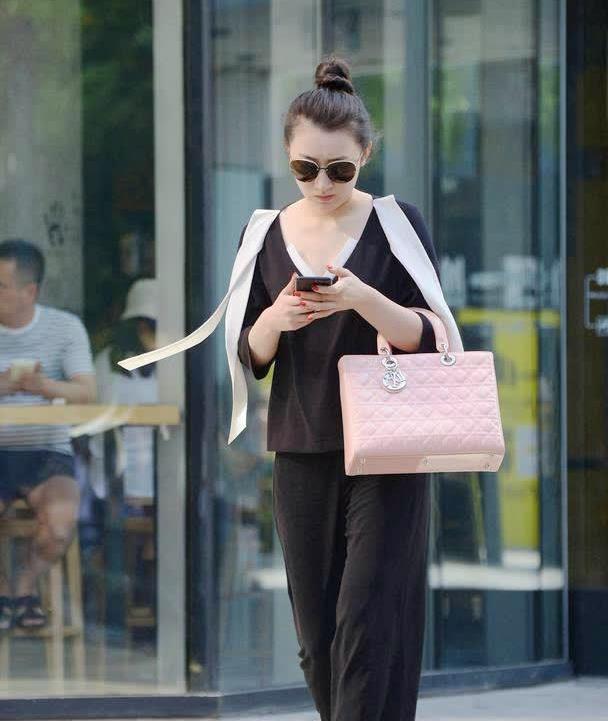 黑色西裤搭配尖头细跟鞋,30岁的女士,就要穿出显气质的效果