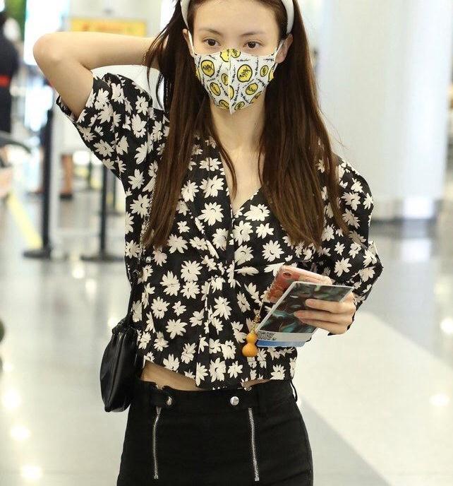 金晨身穿小雏菊衬衫现身机场,大秀A4小蛮腰,白色发带清爽迷人