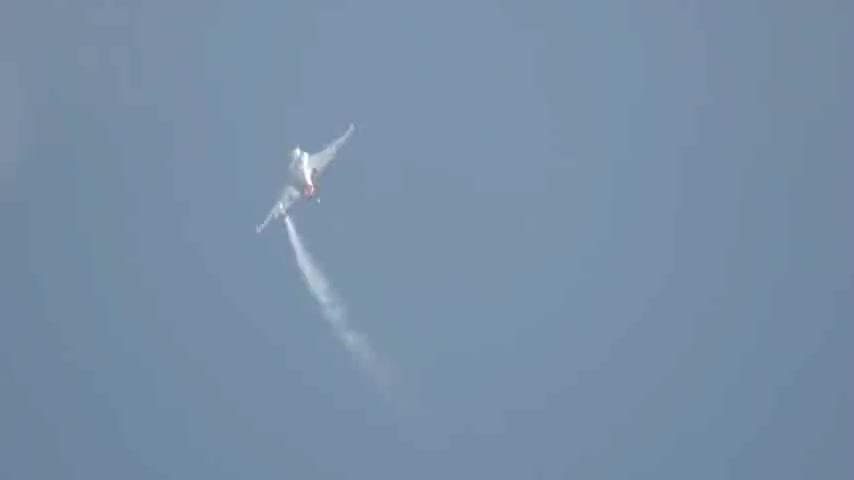 珠海航展巴基斯坦的JF-17雷电战机空中翻转的机动性真强