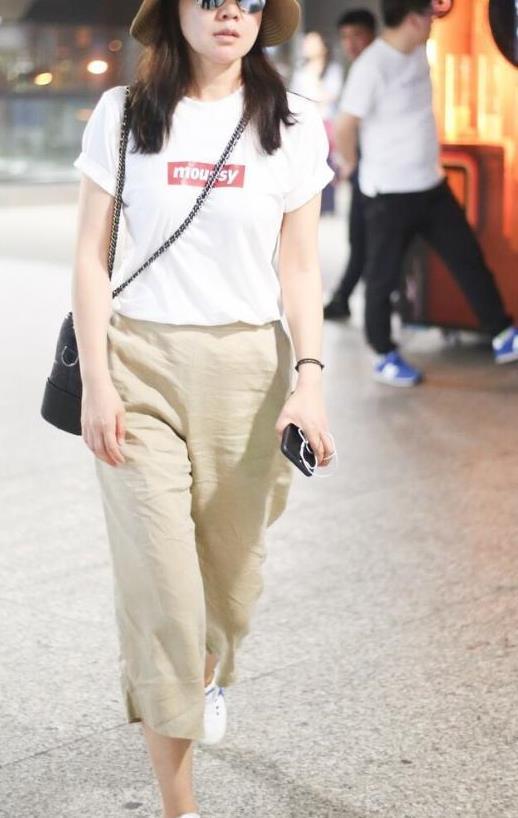 """闫妮打扮有""""健身感"""",穿条纹运动裤配大白T恤,模样年轻又时尚"""