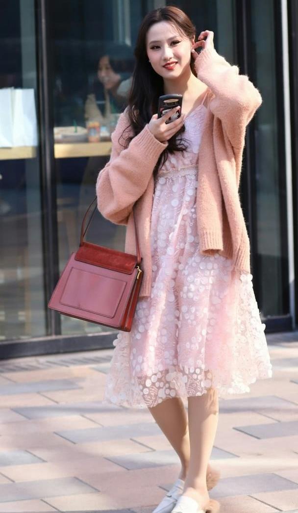 清新的连衣裙搭配优雅灵动,时尚设计穿起来很显淑女的气息