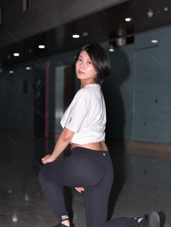 短袖衫配黑色健美裤,穿出黑与白的经典美,修身好看又显运动魅力