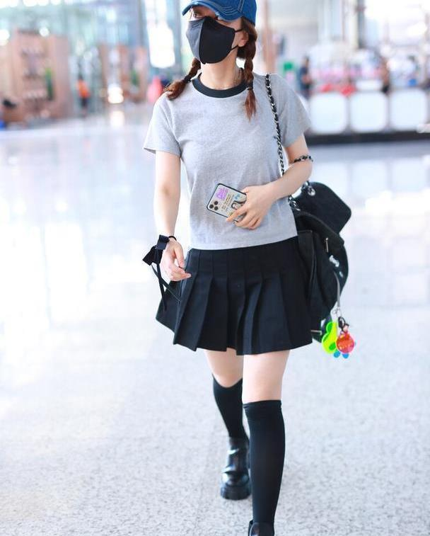 37岁吴昕竟带火了女团风,T恤+百褶短裙,中筒袜以为她是高中生
