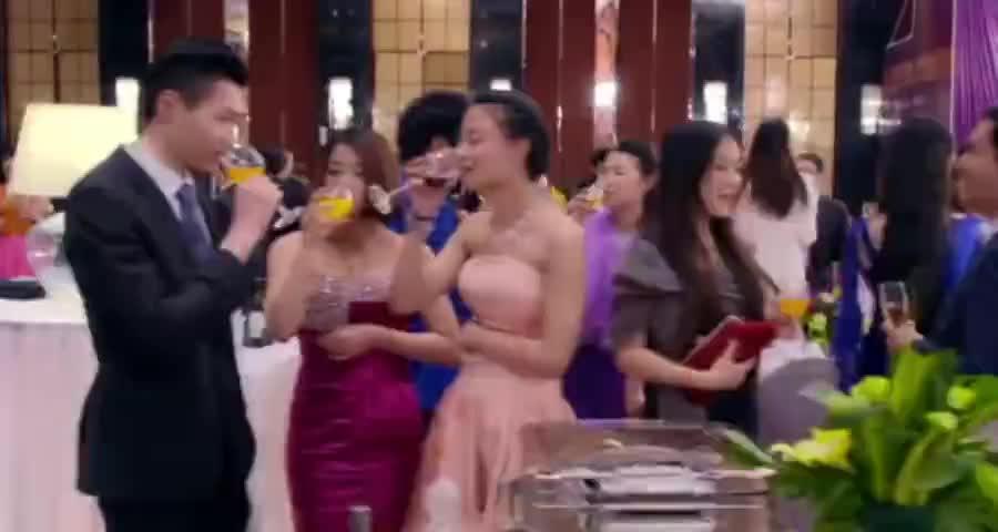 总裁邀请灰姑娘当女伴,嘲笑她的穿衣品味,不料扯下披肩总裁看呆