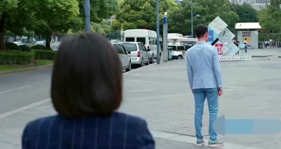 赵医生安慰曲筱绡不要哭了,大庭广众之下,很多人看着