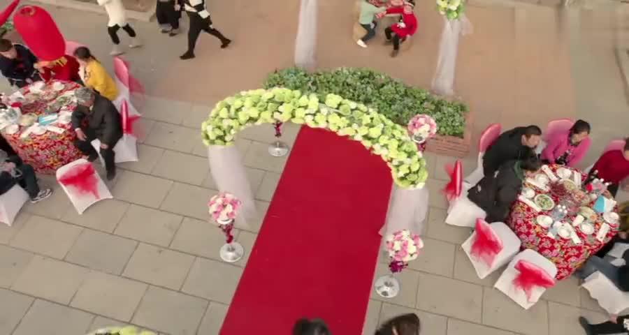 村姑结婚之日大变样,白色露肩场婚纱简直美呆,众人看得移不开眼