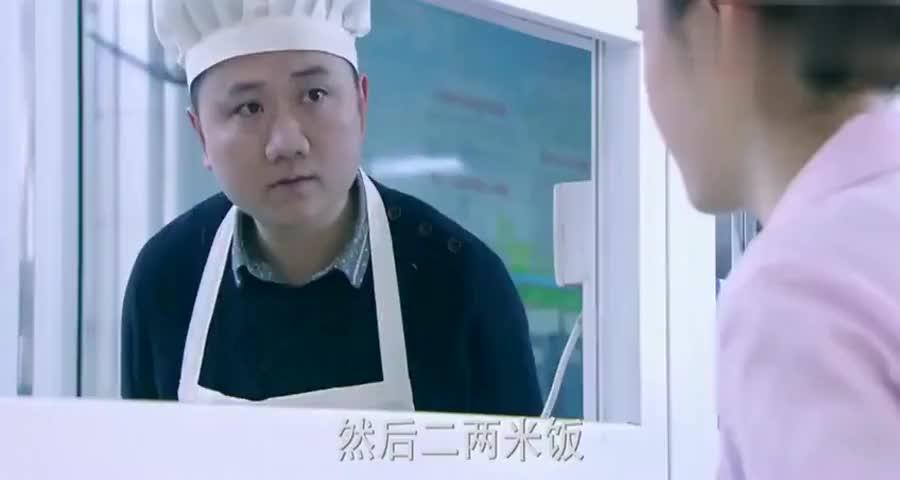 姑娘为省钱每天只吃土豆丝,打菜小哥实在看不下去,偷偷给她加菜