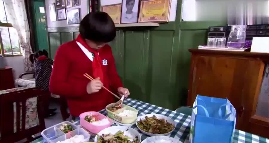 儿子女儿带便当上学,病重妈妈从厨房端出盘子,一人一个荷包蛋