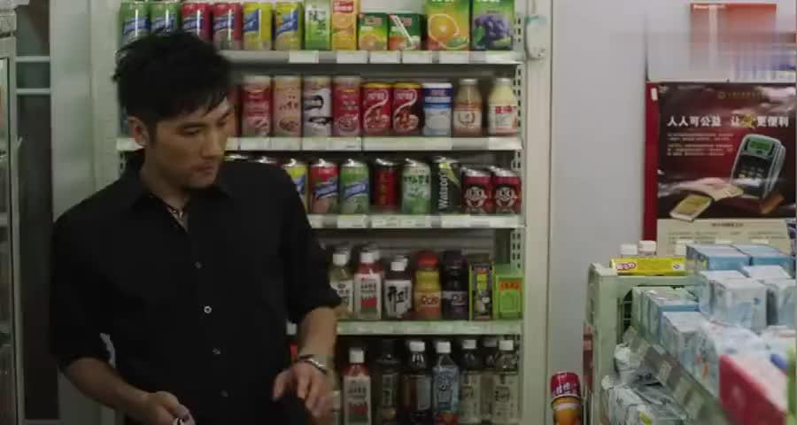 男子帮美女买卫生棉,进店后无从下手,店员都笑了
