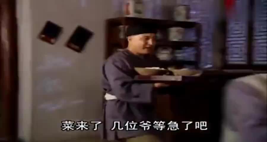 三人下馆子,乾隆老纪吃海鲜鸡腿,和珅却只能吃绿菜叶