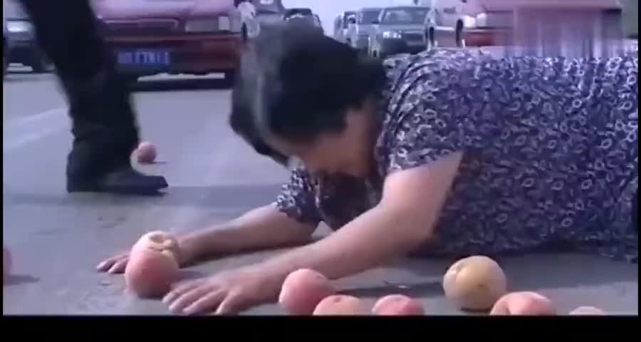 大妈过马路摔倒,局长扶人结果却被交警训,这下有好戏看了