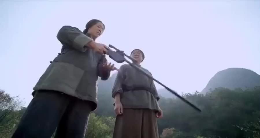 弱不禁风的老太婆竟是个神枪手,拿着高精狙,抬手就给坏人爆头了