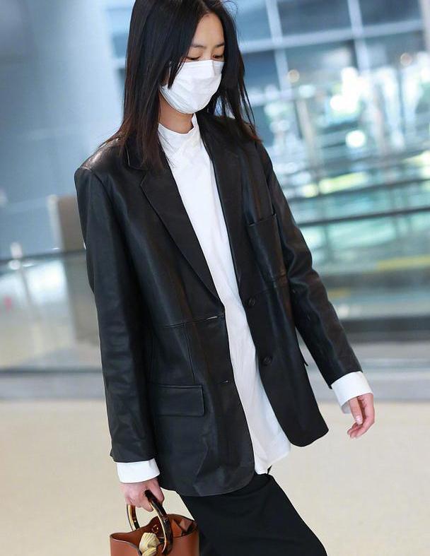 刘雯身材任性穿,皮质西服没腰线也轻松驾驭,行走的衣架子