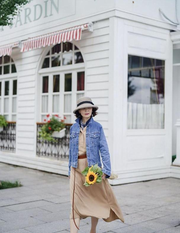 女人50岁以后,早秋少穿运动鞋,瞧三木妈妈这样穿,优雅显气质