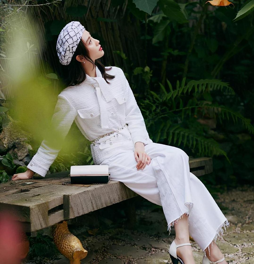 刘诗诗拍时尚大片,穿白色小香风套装超优雅,配贝雷帽复古风十足