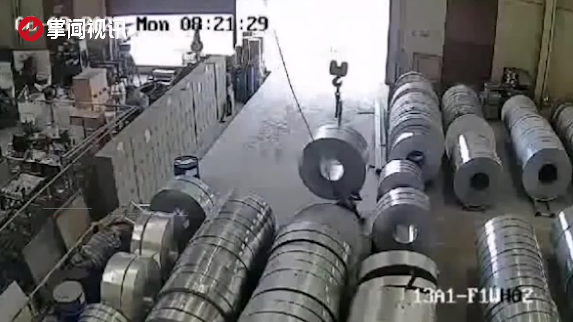 监控拍下事发瞬间!3吨重钢材突然倒塌,工人双腿被压断