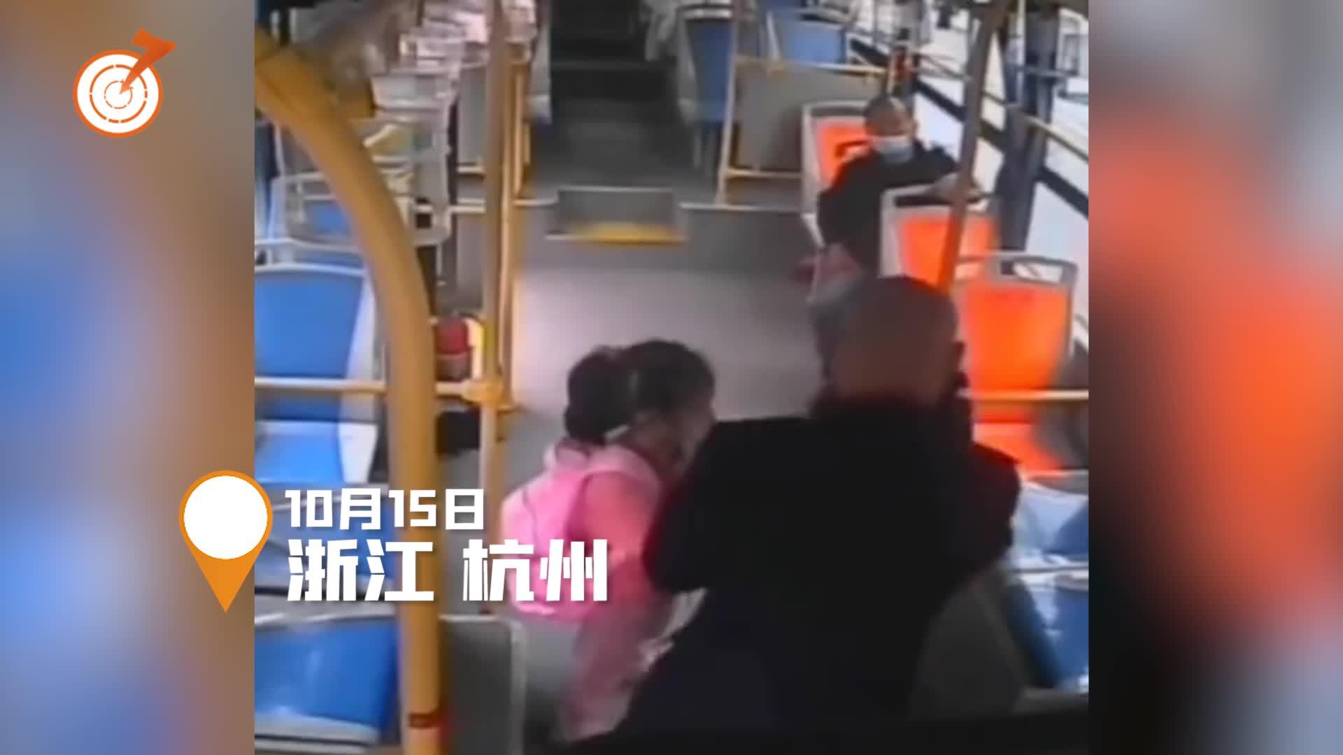 公交车外突然大雨滂沱女孩不敢下车 司机见状一个动作太暖心