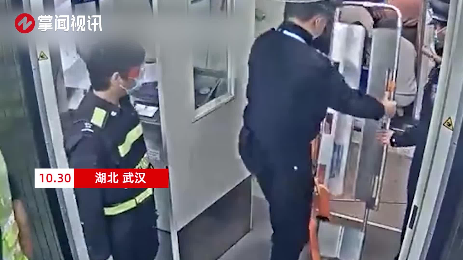 万里高空生死救援!乘客突然昏迷医生民警展开生死营救接力