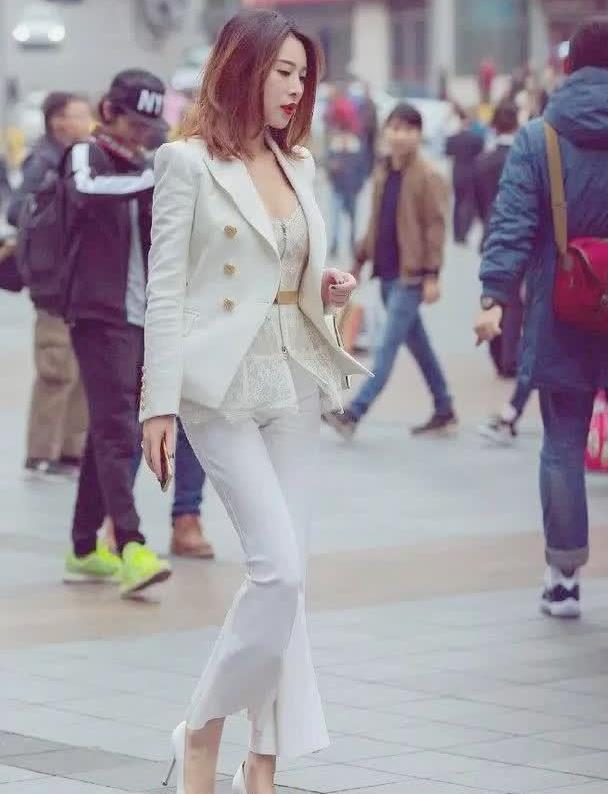 街拍:身穿白色西装外套,这步伐也就女强人走的出来吧