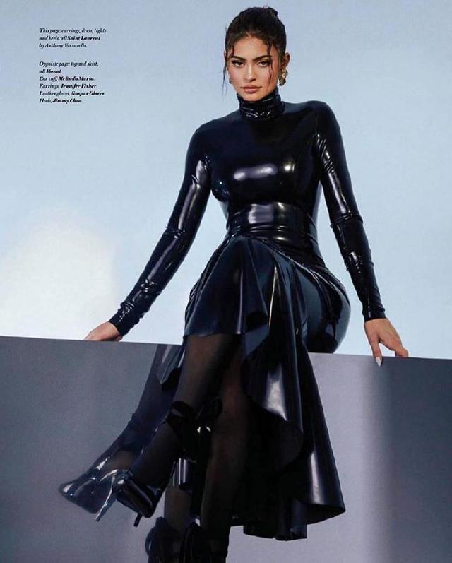 凯莉·詹娜时尚大片,一袭塑胶紧身裙,大秀美人鱼身材