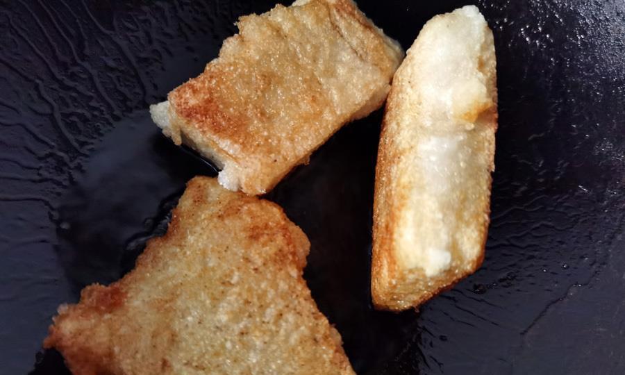 大别山区传统美食:油炸糍粑过冬至,蘸糖更好吃