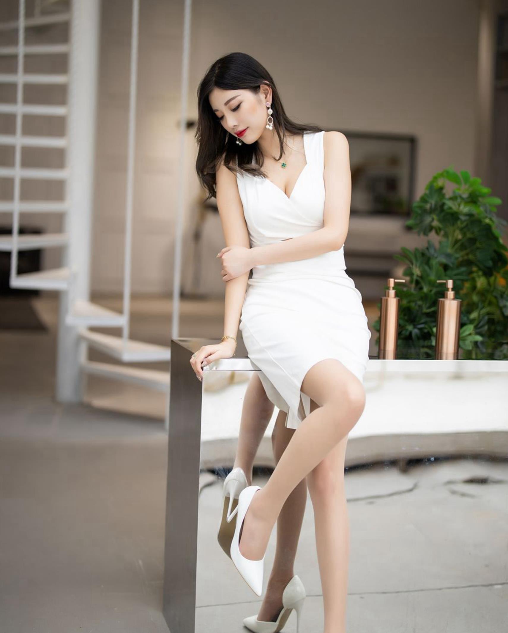 洁白的白色衣服搭配,衬托出女孩子洁白的肤色