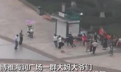 国耻日警声长鸣,四川某广场大妈仍放音乐跳广场舞,小伙怒关音响
