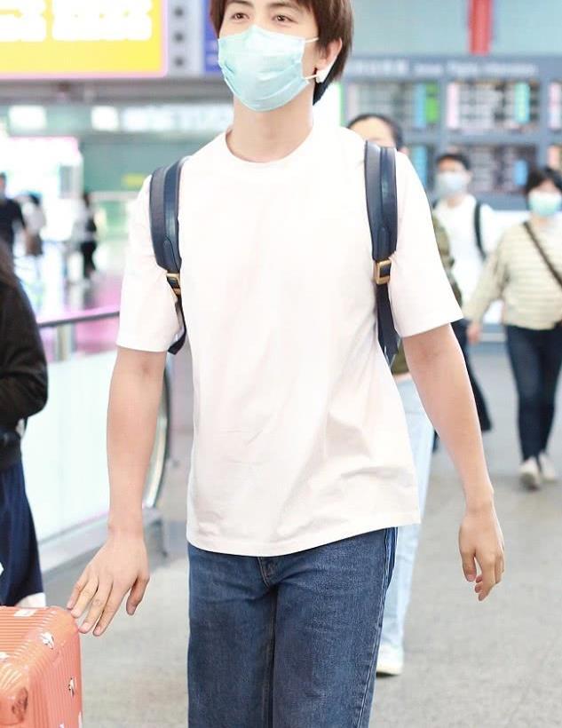 马天宇街拍:白色T恤水洗牛仔裤 小白鞋帅气清新