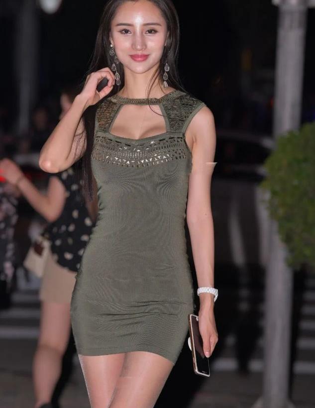 墨绿修身裙子搭配白色长耳环,大气时尚,质感十足