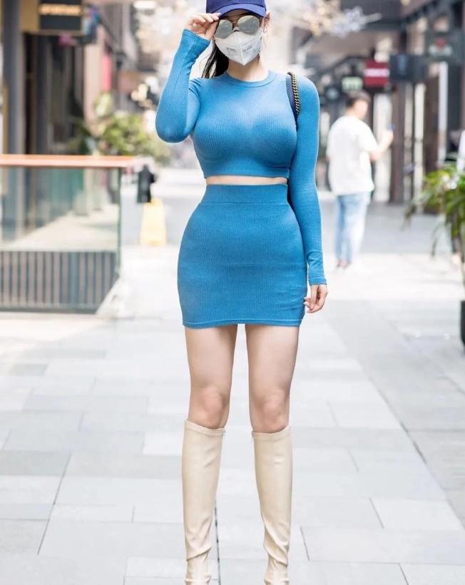 街拍模特小姐姐,紧身衣配包臀裙,沙漏身材引关注