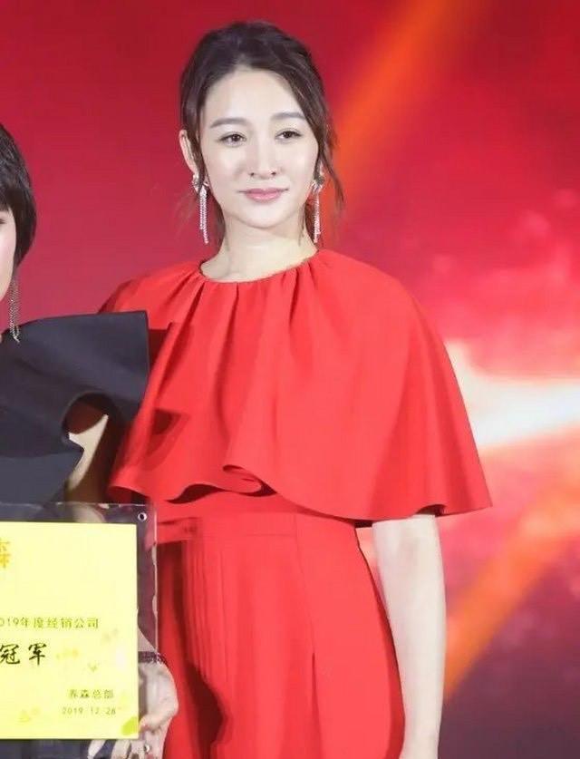 李小冉红色连衣裙出席活动,成熟端庄