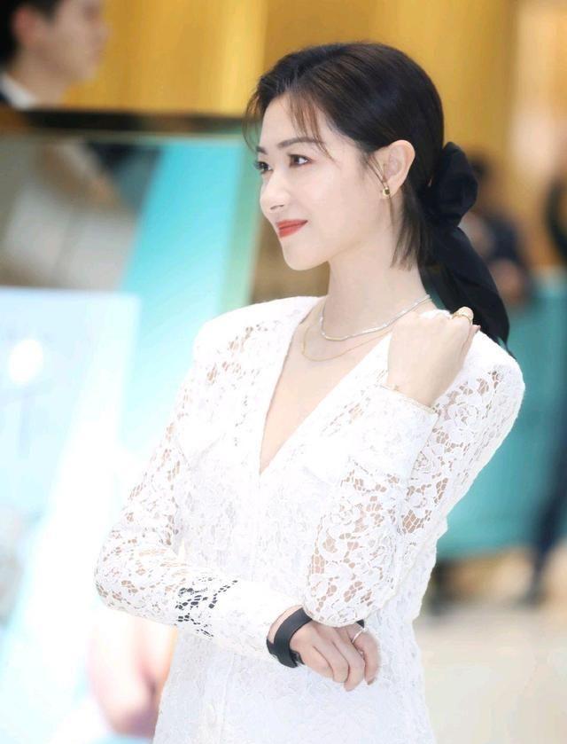 万茜以一袭镂空白色中长裙现上海出席体验展,甜美温婉