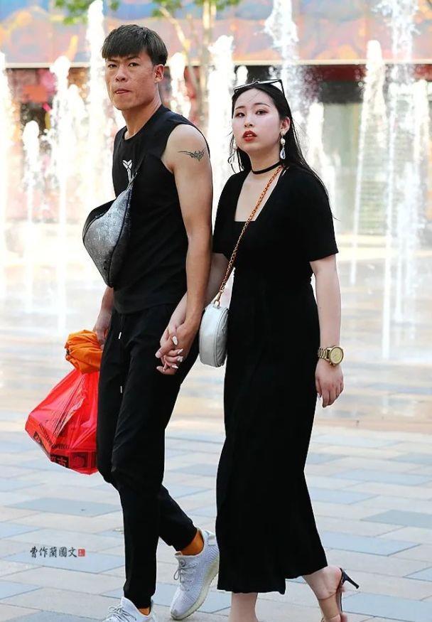 街拍:穿拖鞋也要选高跟的美女