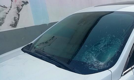 临颍:实验中学附近,有辆轿车三块玻璃全部被砸碎,现场一片狼藉