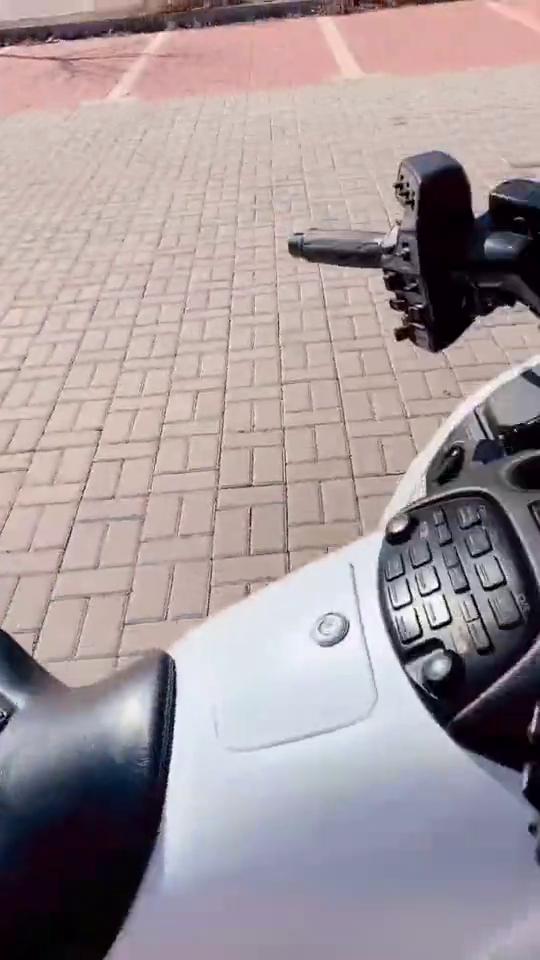 这款白色摩托车08年的,大屏,车灯霸气!