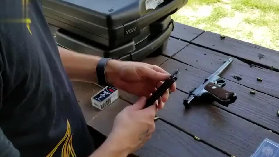 鲁格.22小口径手枪,弹匣装弹十发,户外靶场射击评测