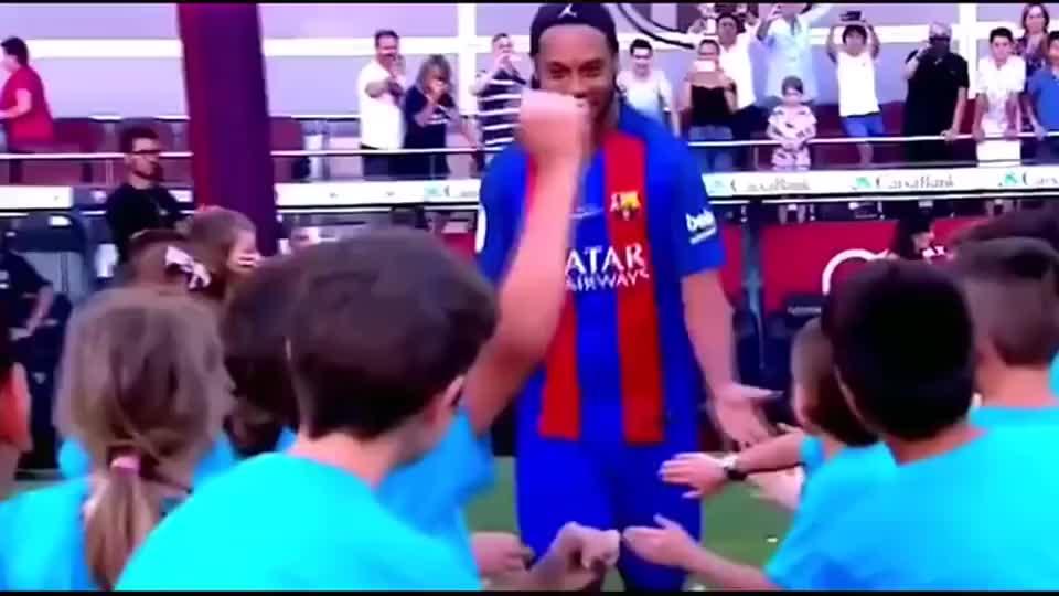 足球:巴萨与曼联的元老赛,罗纳尔迪尼奥的精彩操作!