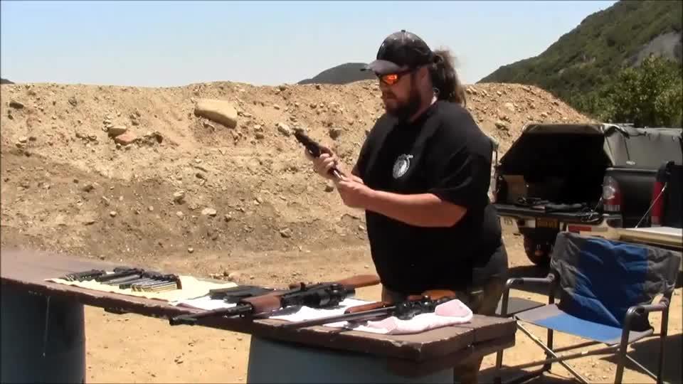 老外靶场试射小口径手枪、步枪,感觉在他手里就是个玩具