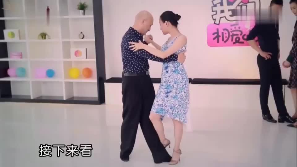 小情侣跳舞,刘雯不敢直视男友,脸都羞红了