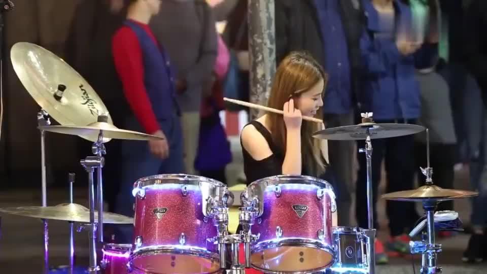 美女鼓手陈曼青,台北街头演奏小苹果,你喜欢么?